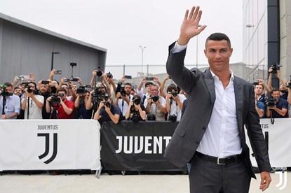 Ronaldo rạng rỡ giao lưu với người hâm mộ trong ngày ra mắt Juventus
