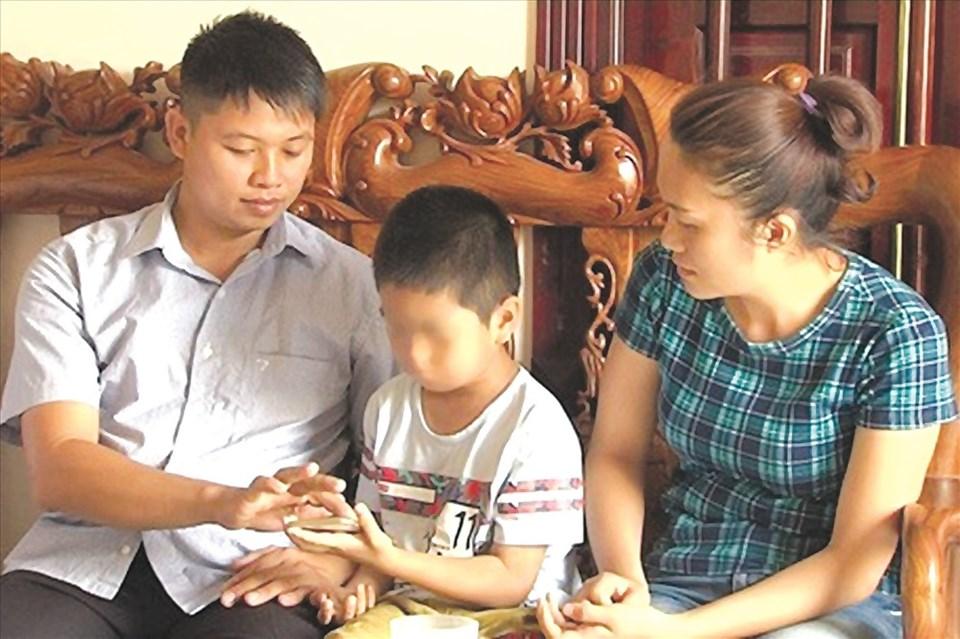 Anh Phùng Giang Sơn, chị Phùng Thị Thu Hiền cùng người con anh chị đã nuôi 6 năm qua. Ảnh. HT