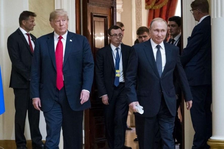 Tổng thống Mỹ Donald Trump (trái) và Tổng thống Nga Vladimir Putin vào phòng họp báo chung tại Helsinki, Phần Lan ngày 16.7. Ảnh: NYTIMES.
