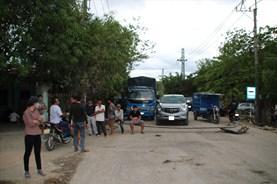 Dân chặn xe gây bụi ở Bình Định: Ngày mai sẽ đổ bê tông tuyến đường