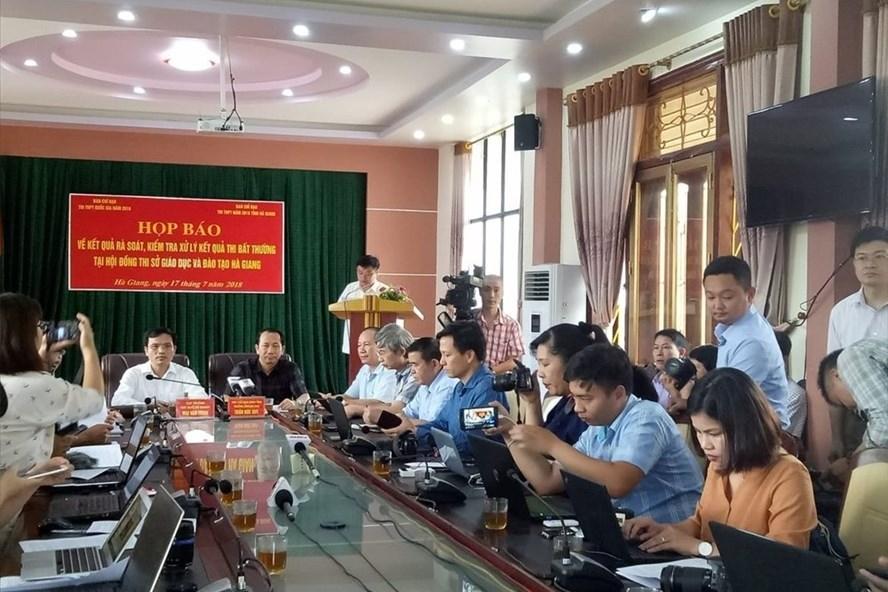 Quang cảnh buổi họp báo chiều ngày 17.7