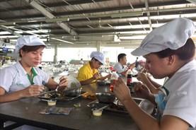 Chú trọng nâng chất bữa ăn ca cho công nhân
