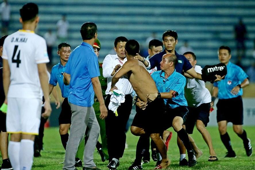 CĐV Nam Định đuổi đánh trọng tài. Ảnh: H.A
