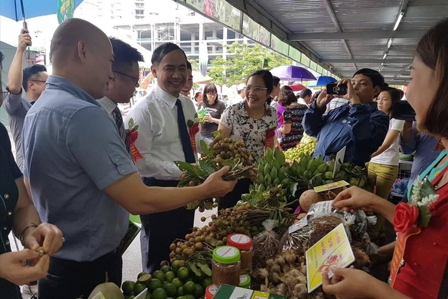 Ông Nguyễn Quốc Khánh-Phó Chủ tịch UBND tỉnh Sơn La tham quan và nếm thử các loại hoa quả đặc sản của tỉnh Sơn La.Ảnh: Kh.V