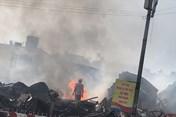 Chợ Gạo Hưng Yên sáng 26.7: Mưa to nhưng lửa khói vẫn bốc nghi ngút