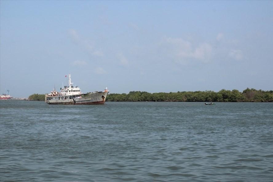 Tàu đưa ngư dân vào bờ an toàn