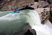 Cận cảnh chèo thuyền từ thác nước cao 30m lao xuống