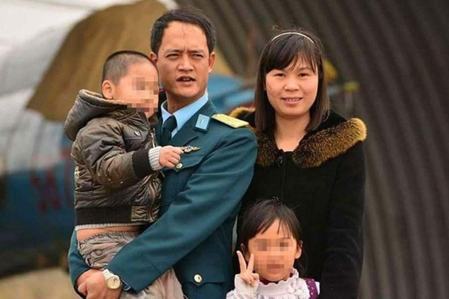 Trung tá Khuất Mạnh Trí và gia đình. Ảnh: FBNV