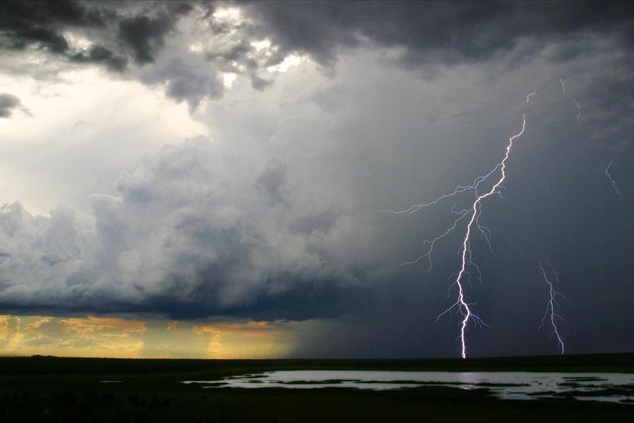 Thời tiết chuyển biến nhanh từ trạng thái nắng nóng sang mưa dông nên trong cơn dông có khả năng rất cao xảy ra tố, lốc và gió giật mạnh. (Ảnh minh họa)