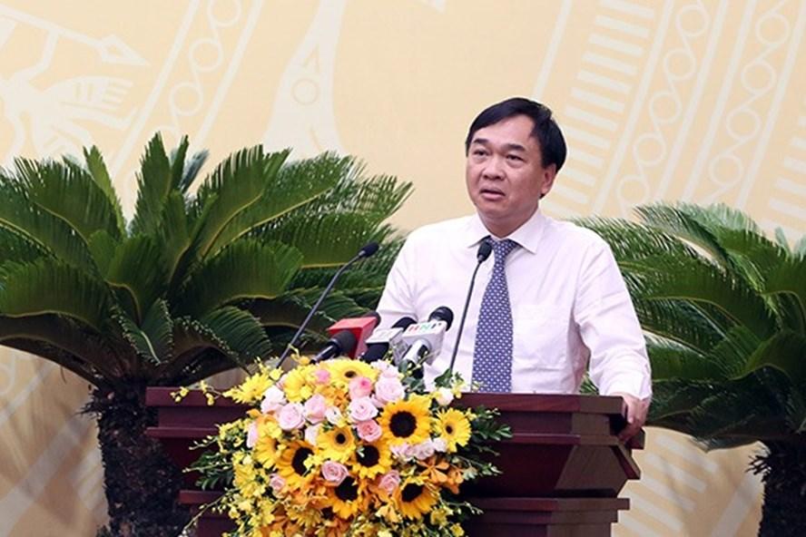 Giám đốc Sở Xây dựng Lê Văn Dục trả lời chất vấn.