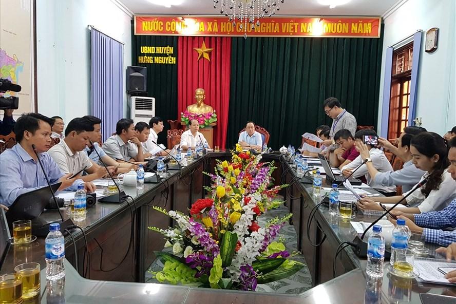 UBND huyện Hưng Nguyên họp báo công bố thông tin cưỡng chế thu hồi đất. Ảnh: PV