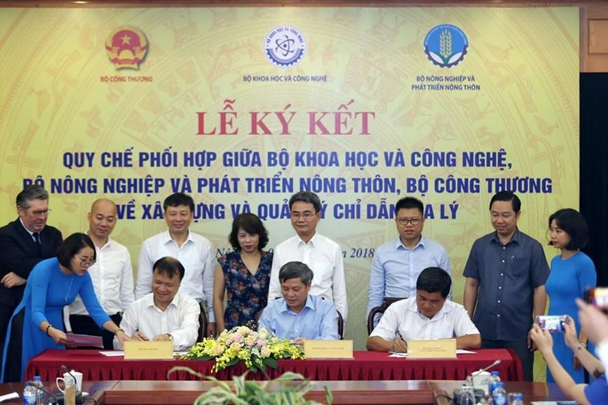Đại diện lãnh đạo ba Bộ ký kết Quy chế phối hợp tại buổi lễ.