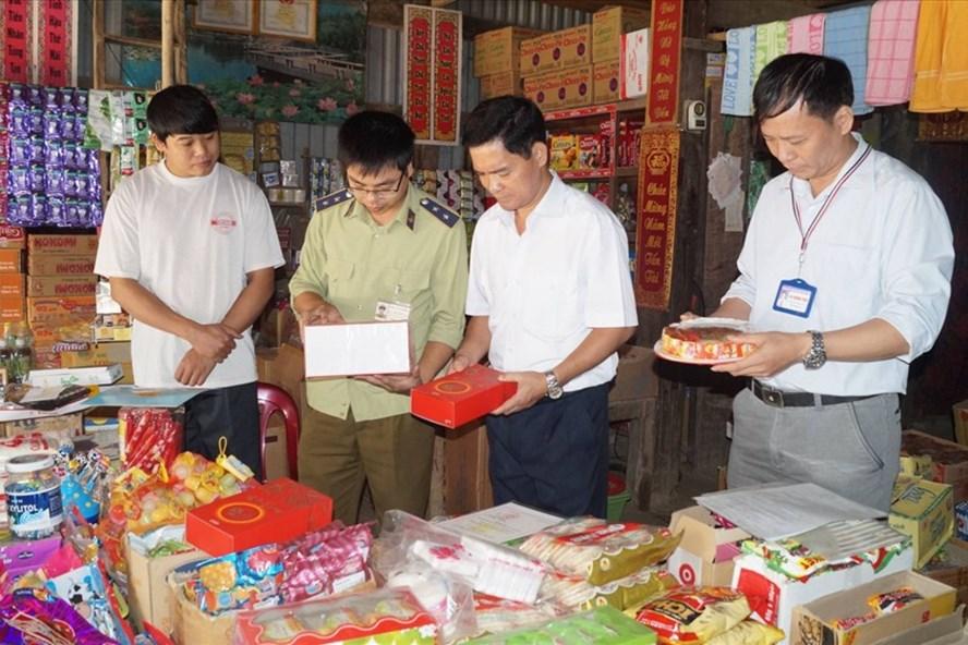 Lực lượng chức năng kiểm tra hàng hóa trên thị trường