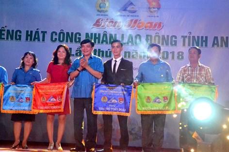 Chủ tịch Tổng LĐLĐVN Bùi Văn Cường dự và trao giải Liên hoan tiếng hát CNLĐ tỉnh An Giang lần thứ I-2018