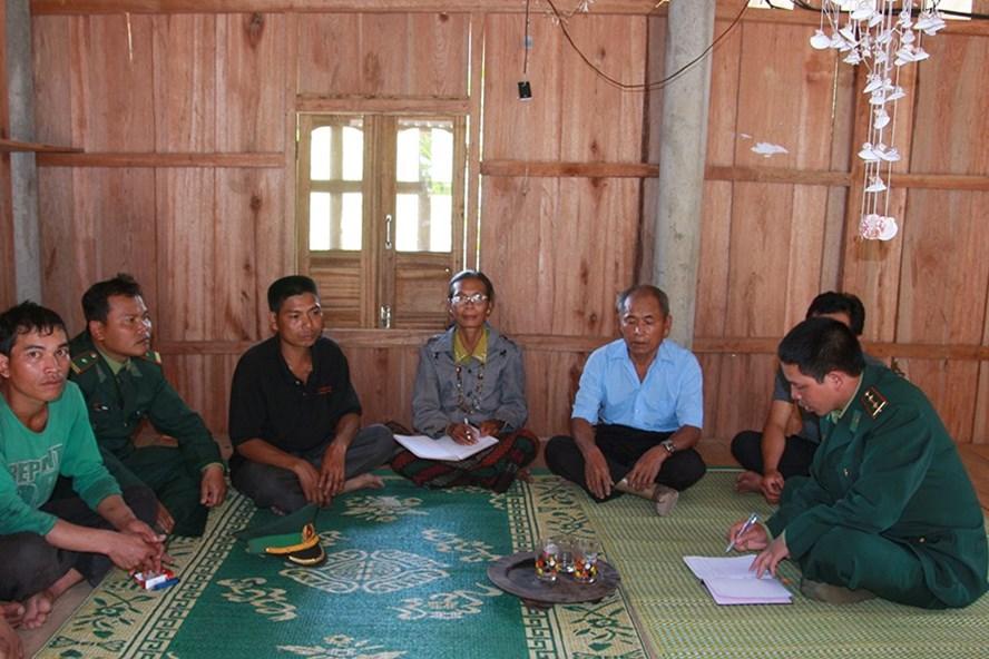 Cán bộ, chiến sĩ Đồn Biên phòng Sen Bụt tổ chức công tác sinh hoạt Đảng tại cơ sở. Ảnh: TL