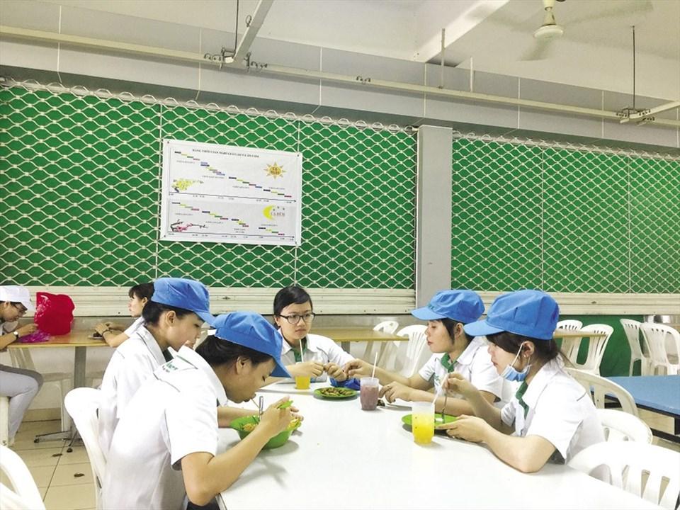 Bữa ăn sáng ở nhà ăn của Cty Nidec Việt Nam - Ảnh: L.T