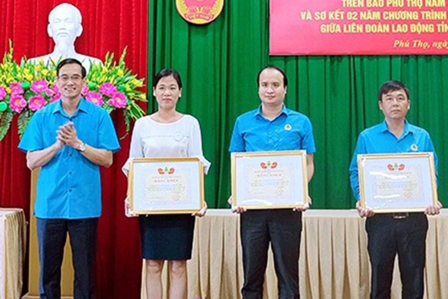 Đồng chí Nguyễn Hải -Tỉnh ủy viên, Chủ tịch LĐLĐ tỉnh tặng Bằng khen của LĐLĐ tỉnh cho các tập thể có thành tích xuất sắc trong chỉ đạo, triển khai cuộc thi.