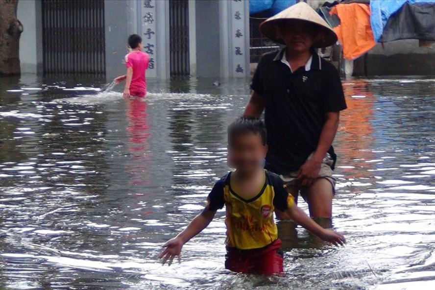 Gần 600 học sinh chưa thể đến trường do ngập lụt