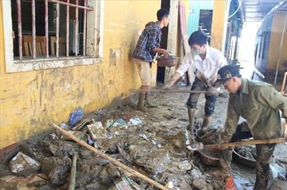 Thương cảnh thầy trò vật vã dọn trường, lấm lem bùn đất mong kịp ngày khai giảng
