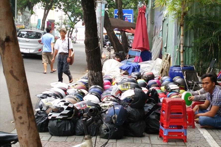 Bày bán tràn lan trên đường Phó Đức Chính, Q.1. Ảnh: MINH QUÂN