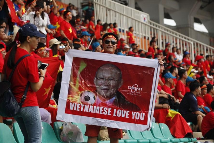 Các CĐV cổ vũ cuồng nhiệt cho U.23 Việt Nam.Ảnh: Đ.H