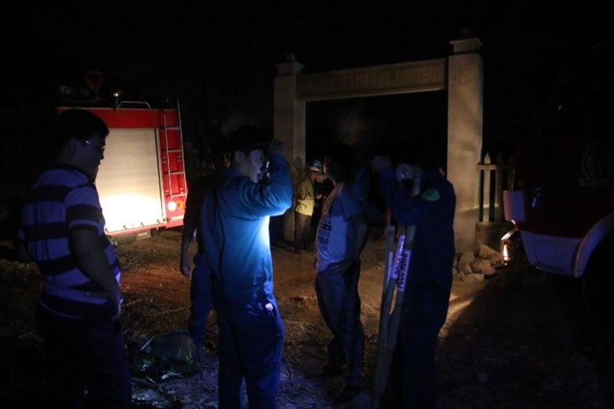 Nhiều chiến sĩ PCCC cùng lực lượng dân quân, bộ đội được điều đến hiện trường để chữa cháy. (Ảnh: Hoàng Vinh)