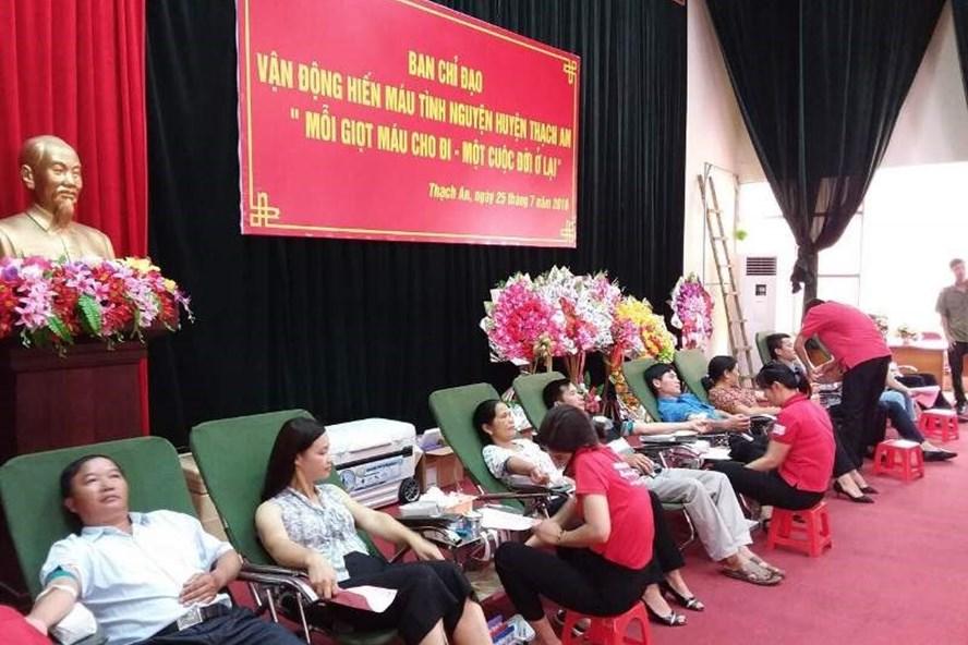 Đoàn viên công đoàn huyện Thạch An (Cao Bằng) tham gia hiến máu tình nguyện.