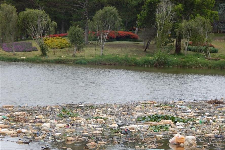 Rác thải ngày càng nhiều khiến hồ Than Thở ngày càng ô nhiễm, mất điểm trước du khách.  Ảnh Hoàng Tỷ