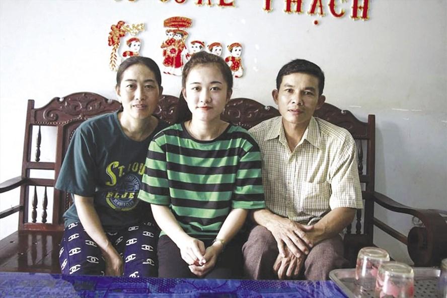 Nữ sinh bị cưa chân trúng tuyển vào trường Đại học Luật TPHCM hạnh phúc bên bố mẹ.