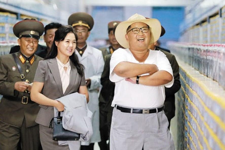 Nhà lãnh đạo Kim Jong-un và Phu nhân Ri Sol-ju thăm nhà máy sản xuất cá muối ở Kumsanpo, tỉnh Nam Hwanghae. Ảnh: KCNA