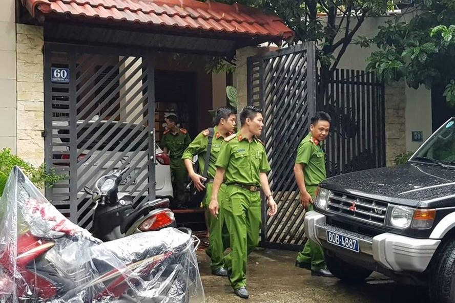 Cơ quan công an khám xét nhà riêng ông Phan Ngọc Thạch, nguyên Chủ tịch HĐQT, Tổng GĐ Cty Danatours. Ảnh: Th.L