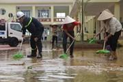 Cảnh sát PCCC huy động xe đặc chủng giúp thầy cô thau rửa trường học vùng rốn lũ