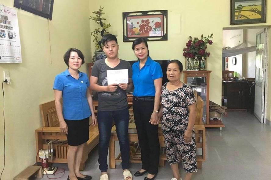 Bà Nguyễn Thị Thu Hương, Phó Chủ tịch LĐLĐ tỉnh Bắc Giang (thứ 2 từ phải qua) trao tiền lãi suất cho cháu Nguyễn Tiến Mạnh.