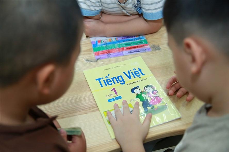 Vấn đề về dạy và học tài liệu Tiếng Việt lớp 1 - Công nghệ giáo dục được nhiều đại biểu dự phiên họp quan tâm. Ảnh: Hải Nguyễn
