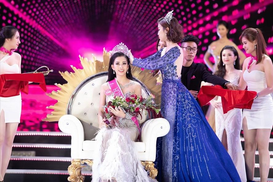 Khoảnh khắc Hoa hậu Đỗ Mỹ Linh trao vương miện cho Hoa hậu Tiểu Vy. Ảnh: BTC.