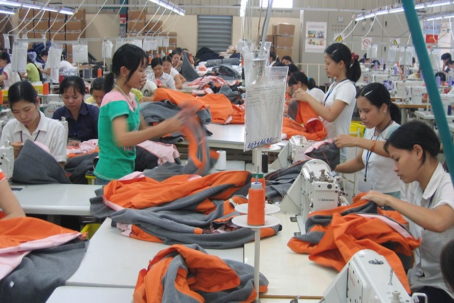 Công nhân dệt may được hưởng nhiều quyền lợi thiết thực từ việc ký kết thỏa ước lao động tập thể. Ảnh: PV