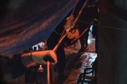 [Video]  Đưa thi thể nạn nhân ra khỏi hiện trường vụ cháy gần Viện Nhi TW