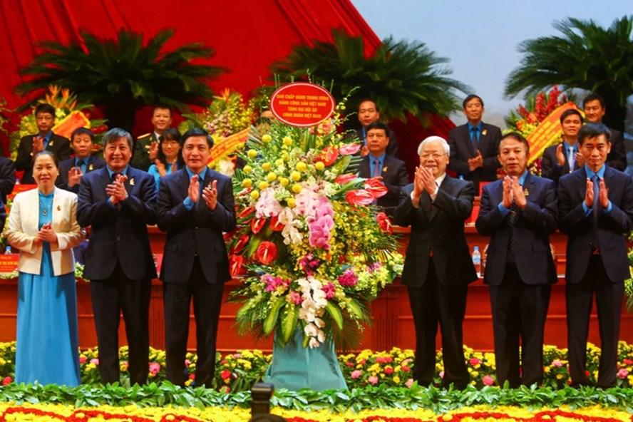 Tổng Bí thư Nguyễn Phú Trọng (thứ ba từ phải sang) tặng lẵng hoa chúc mừng tới Đại hội XII Công đoàn Việt Nam. Ảnh: SƠN TÙNG