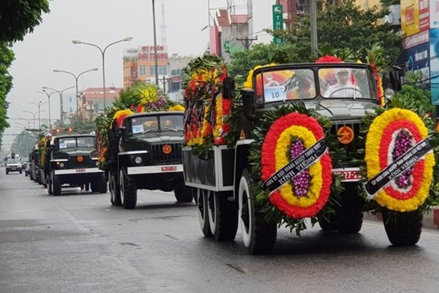 Đoàn xe đưa linh cữu Chủ tịch Nước Trần Đại Quang đi qua thành phố Ninh Bình. Ảnh: NT