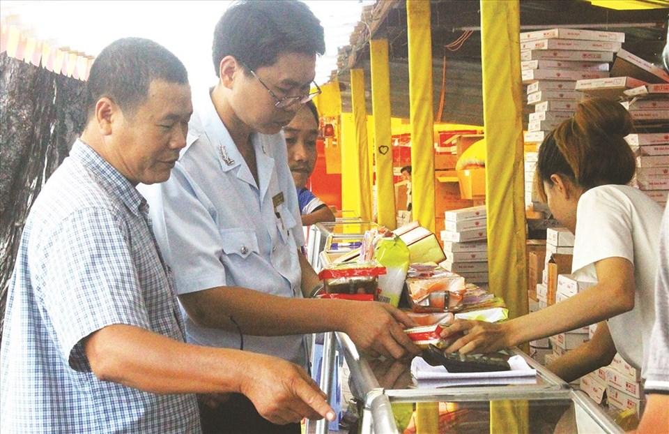 Đội QL ATTP liên quận huyện số 5 (quận 5, quận 10, quận 11, Ban QL ATTP) kiểm tra đột xuất một cơ sở kinh doanh bánh Trung thu tại TPHCM.