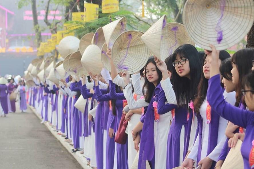 Nữ sinh trường THPT Hai Bà Trưng mặc áo dài trong lễ kỉ niệm 100 năm ngày thành lập trường. Ảnh: PĐ.
