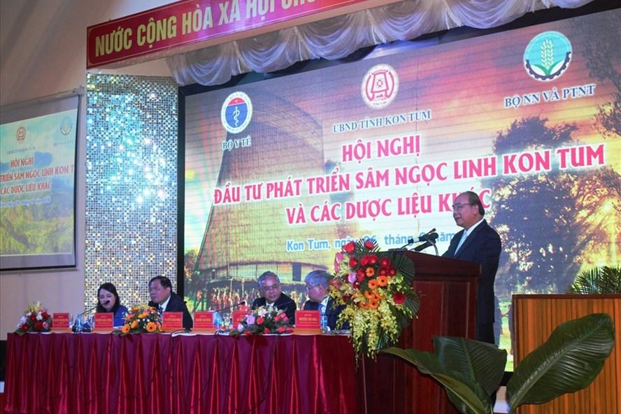 Thủ tướng Nguyễn Xuân Phúc định hướng quyết sách phát triển sâm Ngọc Linh cho Kon Tum. Ảnh Đình Văn.
