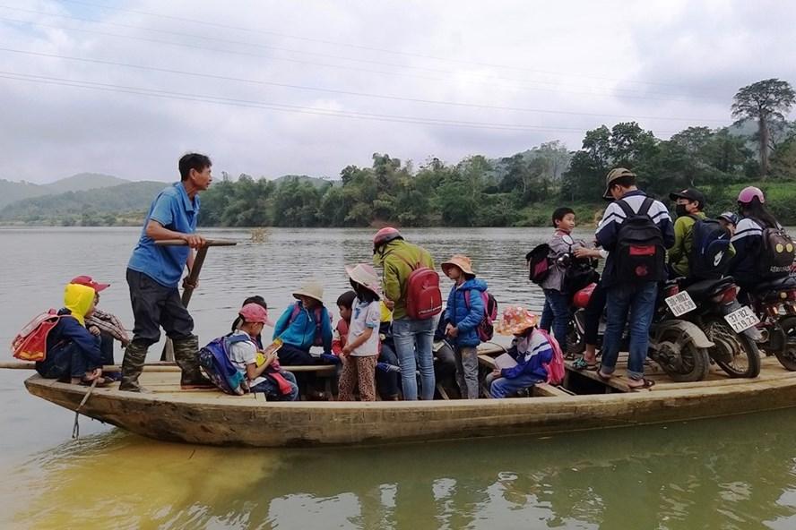 Ông Ý chèo đò đưa học sinh qua sông Ngàn Sâu