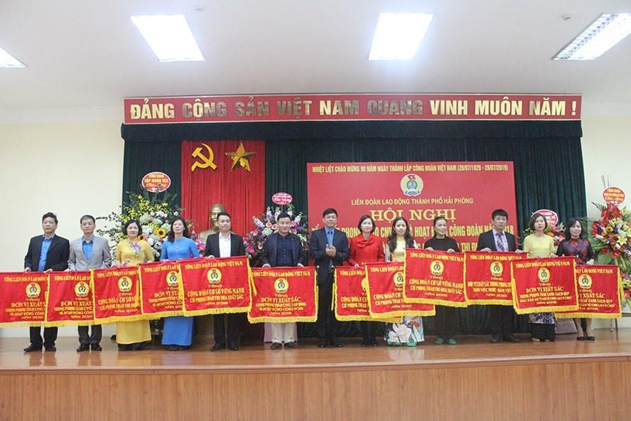 Đồng chí Tống Văn Băng trao cờ thi đua cho các tập thể, cá nhân có thành tích xuất sắc trong hoạt động CĐ. Ảnh: PV.