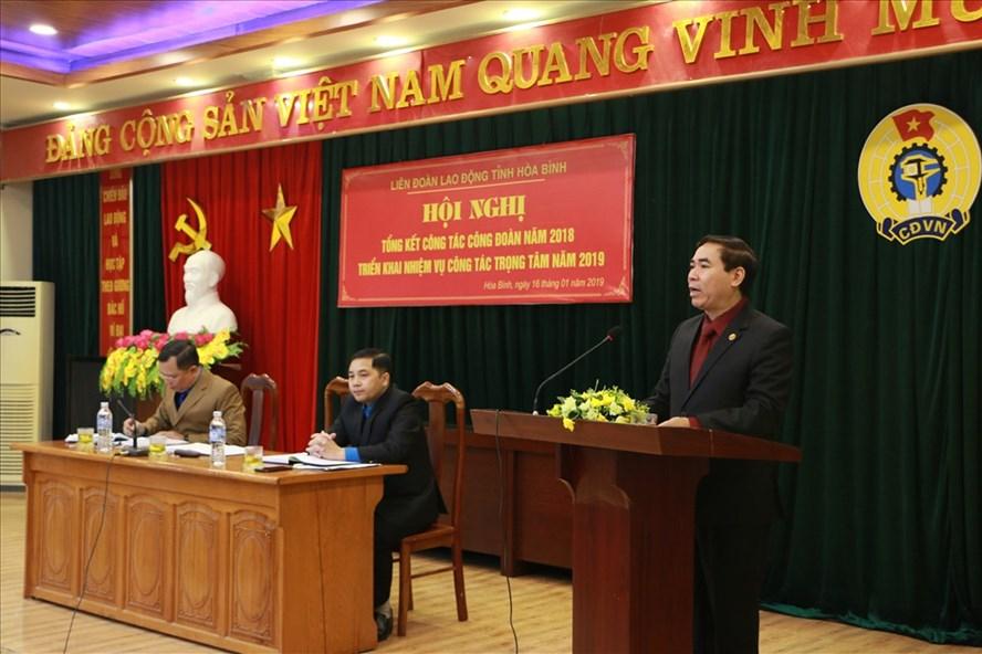 Chủ tịch LĐLĐ tỉnh Hòa Bình Bùi Tiến Lực phát biểu tại hội nghị.