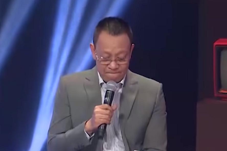 MC Lại Văn Sâm bật khóc nức nở trên sóng truyền hình.
