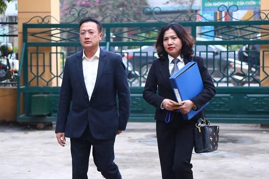 Luật sư Đinh Hương (phải).