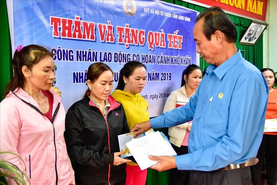 Phó Chủ tịch LĐLĐ Kiên Giang Nguyễn Minh Dũng trao quà từ Quỹ Tấm lòng vàng đến CNLĐ. Ảnh: TR.N