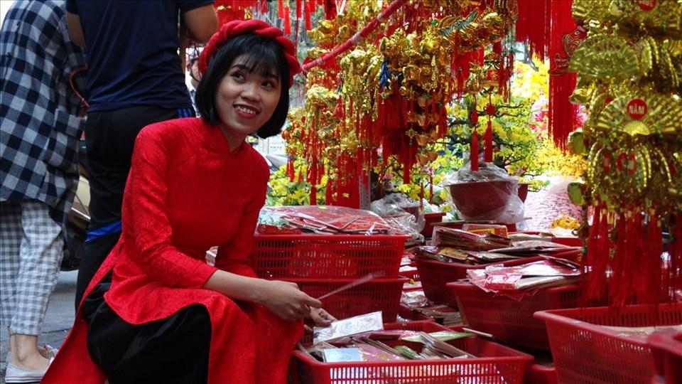 Chị  Nguyễn Kim Tuyến (quận Thủ Đức) đang lựa bao lì xì đỏ và những vật dụng trang trí tết.