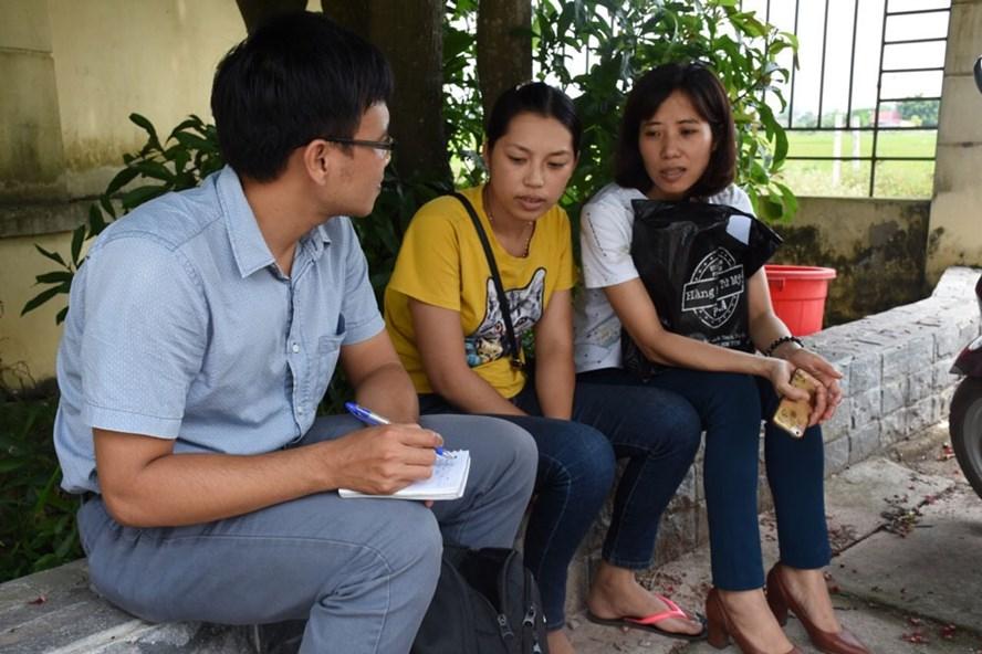 Chị Phạm Thị Lụa - Chủ tịch CĐCS Cty Trường Thành (ngoài cùng bên phải) cùng một NLĐ khác trao đổi với PV Báo Lao Động ngay tại khuôn viên BHXH huyện Lạng Giang. Ảnh: QUẾ CHI